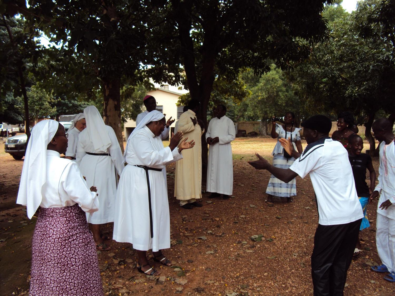 Les soeurs dansant avec les habitants