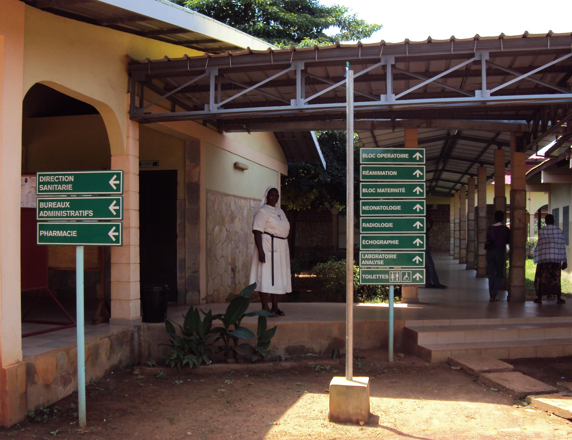 Mère Laure Christine arrivant à l'hôpital de Natitingou