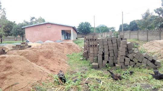 matériaux de construction à l'emplacement du futur centre de consultations, près du bâtiment de la communauté