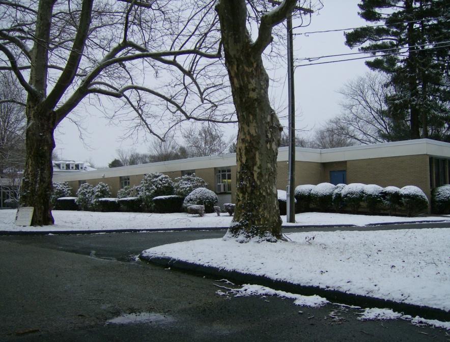 Bâtiment de la maison de retraite sous la neige