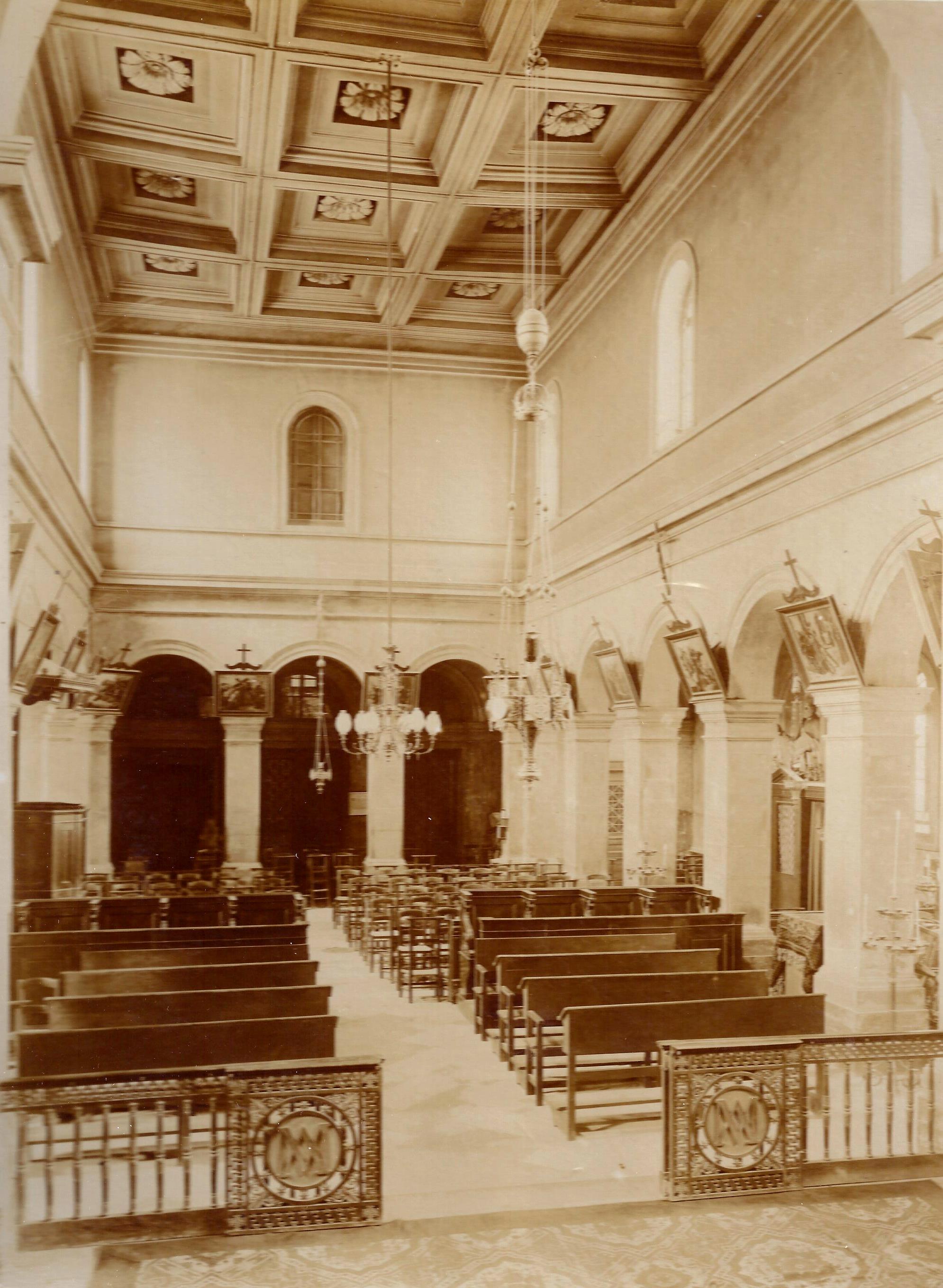 Intérieur de la chapelle - Vue en direction de l'entrée