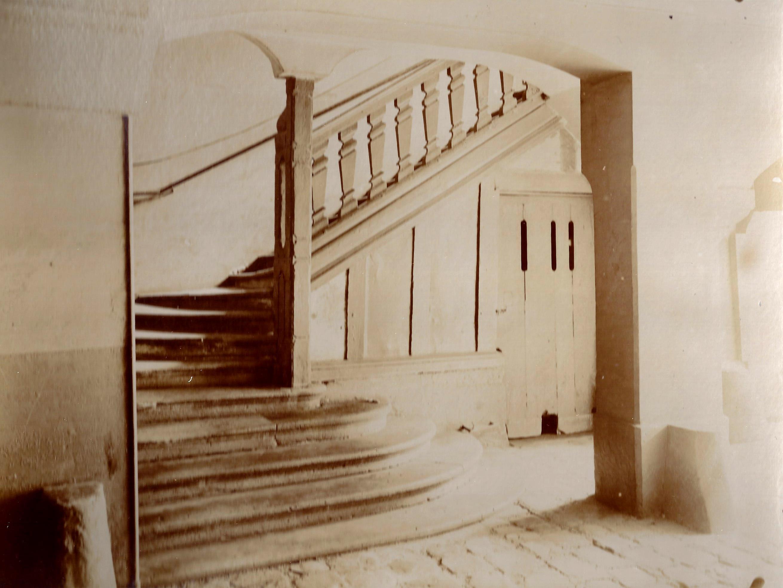 Escalier principal à l'entrée du n°27