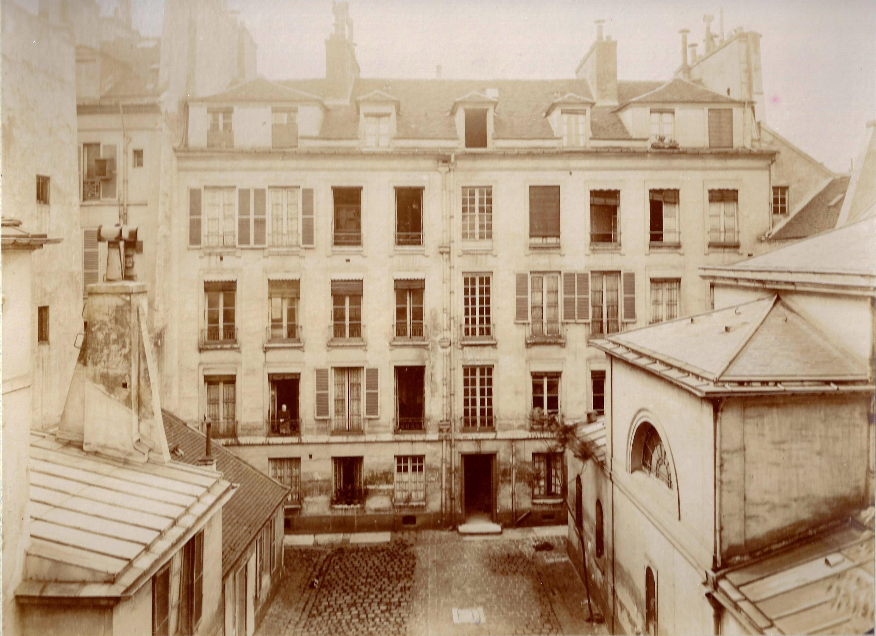 Cour du n°25, avec les logements loués à des particuliers devant, et la chapelle sur la droite