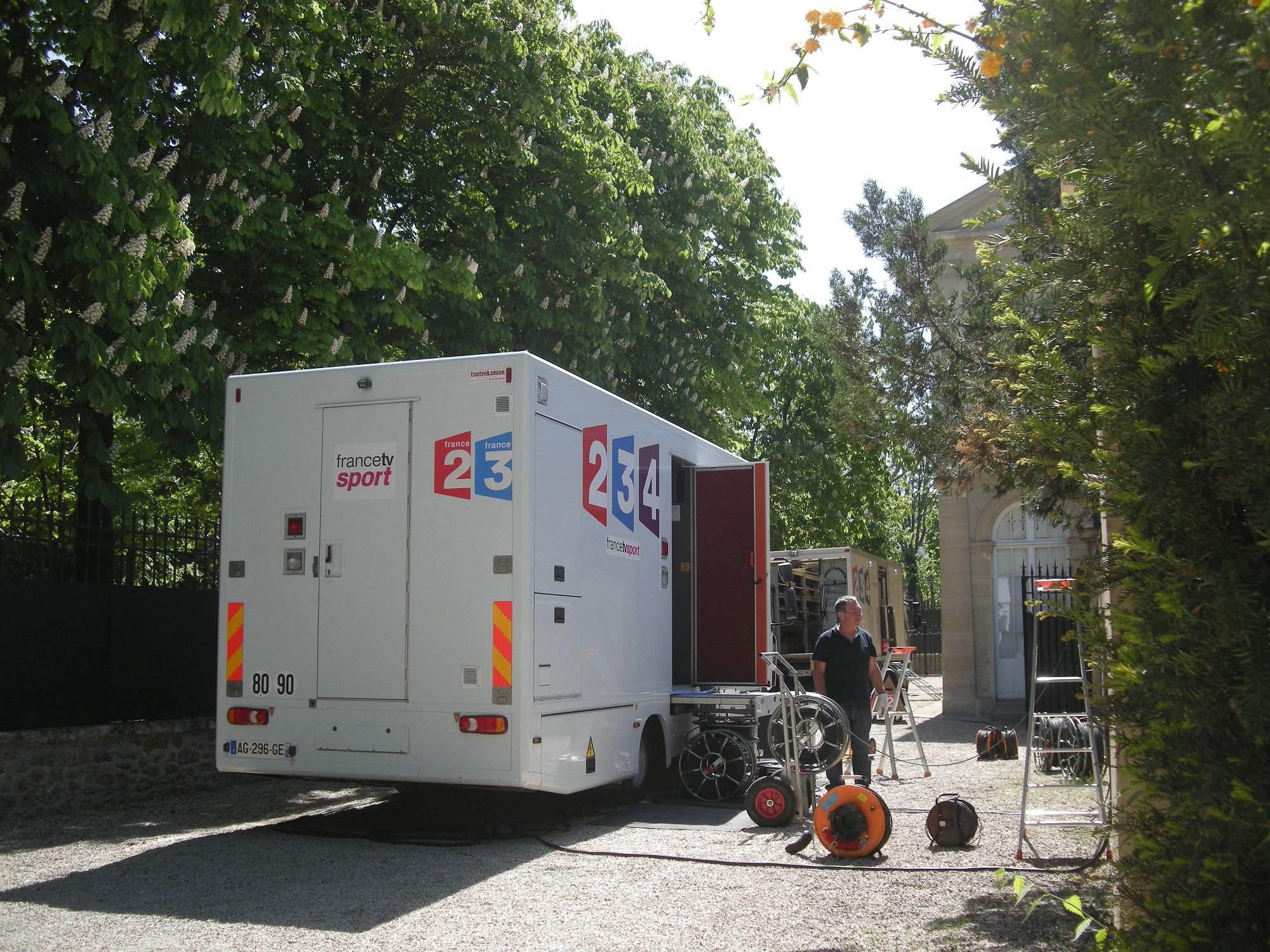 Camion-régie de France Télévisions devant la chapelle