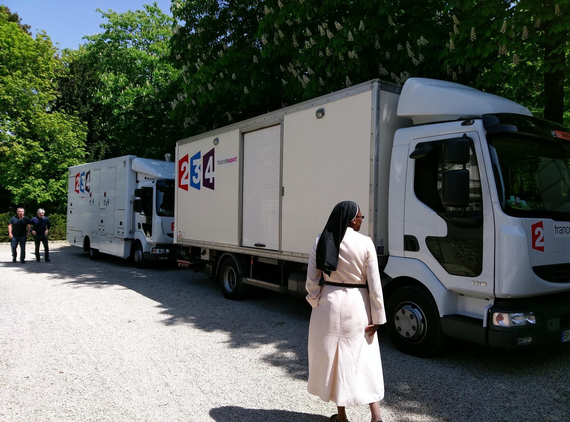 Arrivée du camion-régie et du camion de transport de matériel