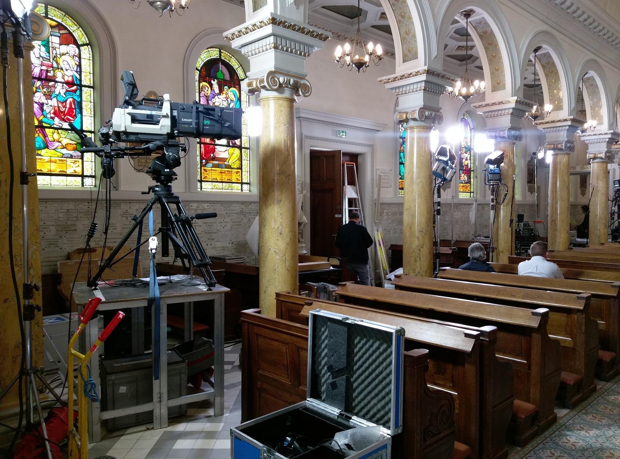 Caméra et matériel installés dans le fond de la chapelle