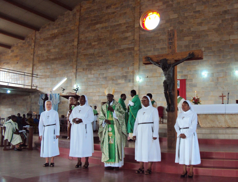 Mère Alain Michel, supérieure générale, Mgr Sabi Bio, évêque de Natitingou, et la nouvelle communauté