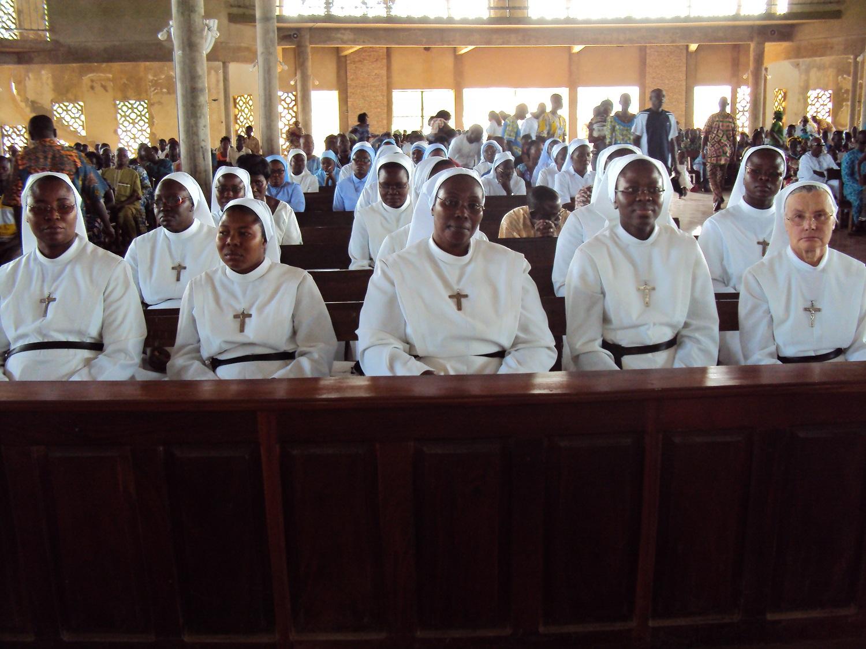 La communauté durant la messe d'installation