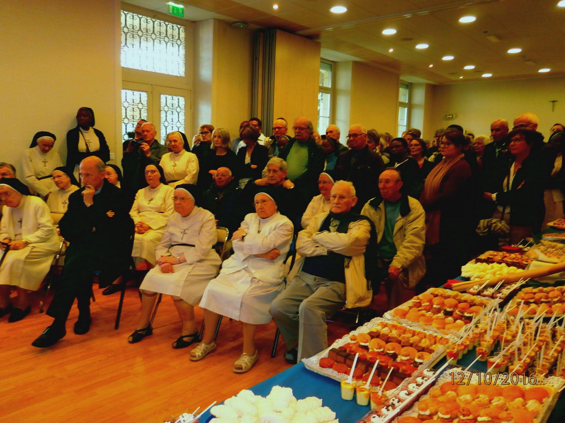 La communauté et les invités lors du pot de départ