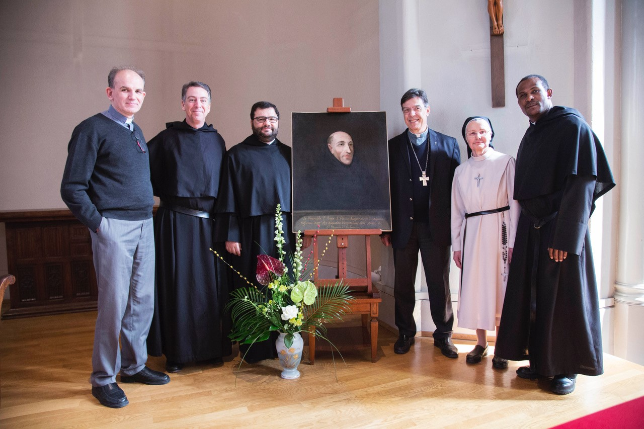 Frères de l'Ordre de Saint-Augustin et Mère Alain Michel, supérieure générale, entourant le portrait du Père Ange