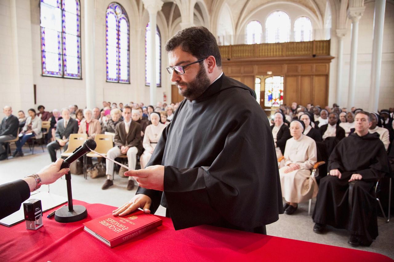Prestation de serment sur l'Évangile du Père Josef Sciberras, postulateur de l'Ordre de Saint-Augustin