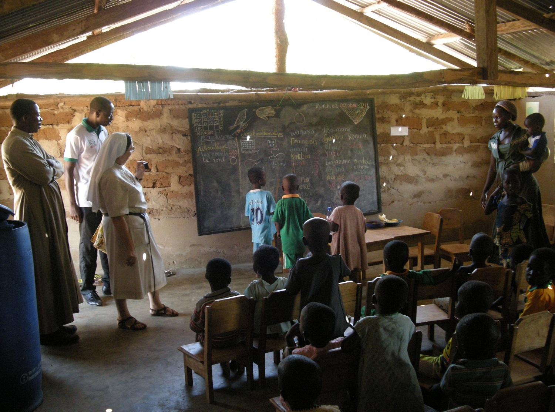 Cours en salle de classe à l'école primaire