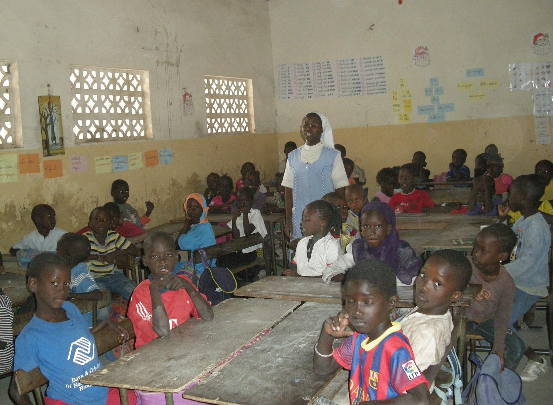 Religieuse faisant la classe à l'école primaire Notre-Dame de Lourdes