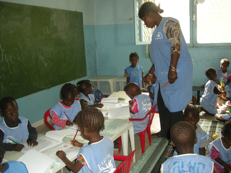"""Cours en salle de classe, à la garderie """"Les Abeilles"""""""