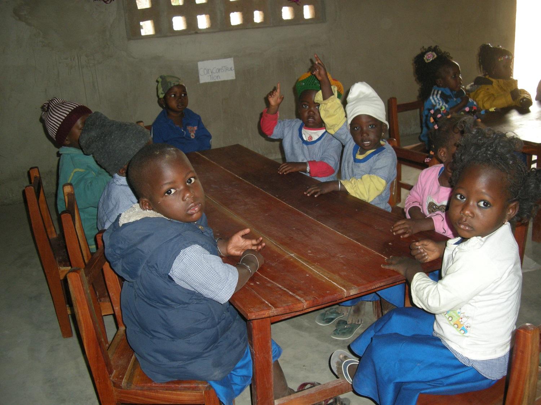 Élèves de l'école maternelle Saint-Augustin à Kemon