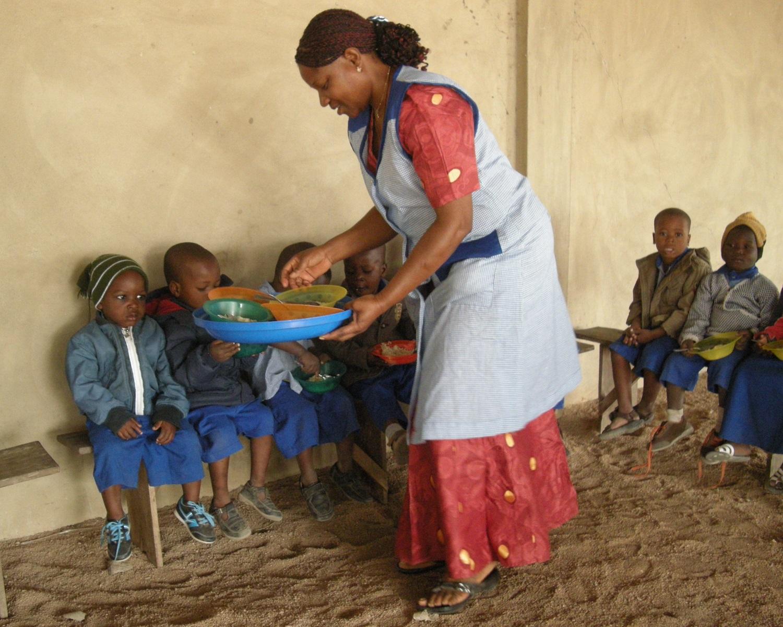 Distribution du goûter à l'école maternelle