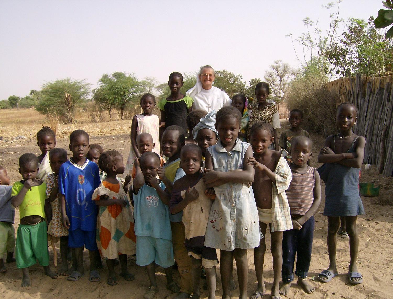 Avec des enfants dans un village de brousse
