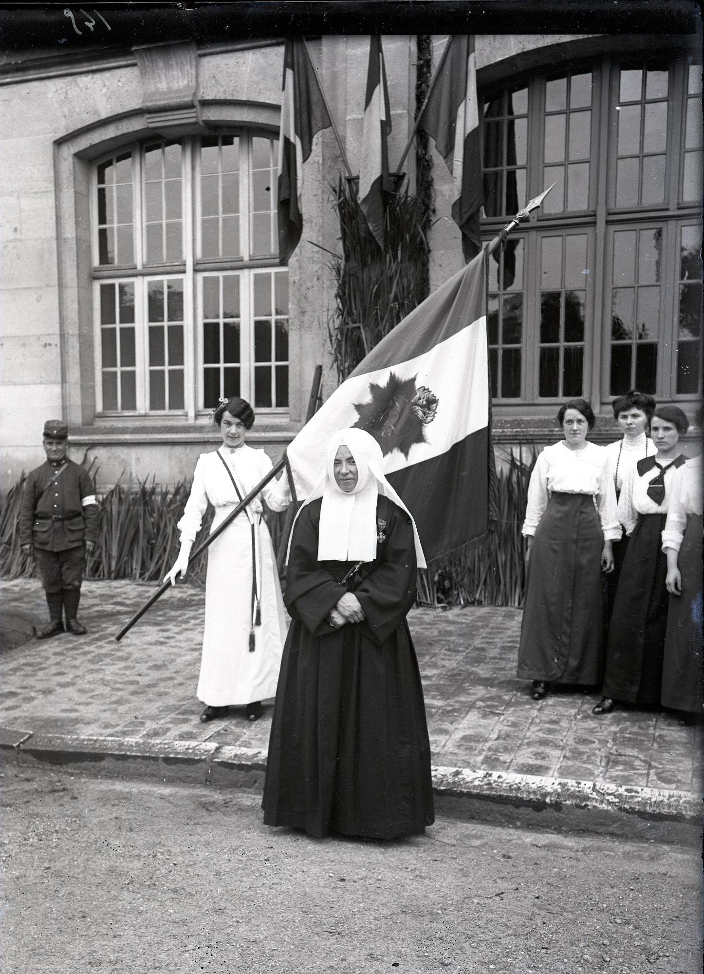 Remise de la Croix de Guerre à la Supérieure de Soissons