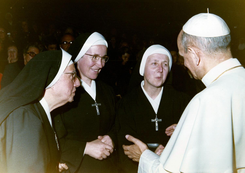 3e en partant de la gauche, rencontrant le Pape Paul VI (v.1970)