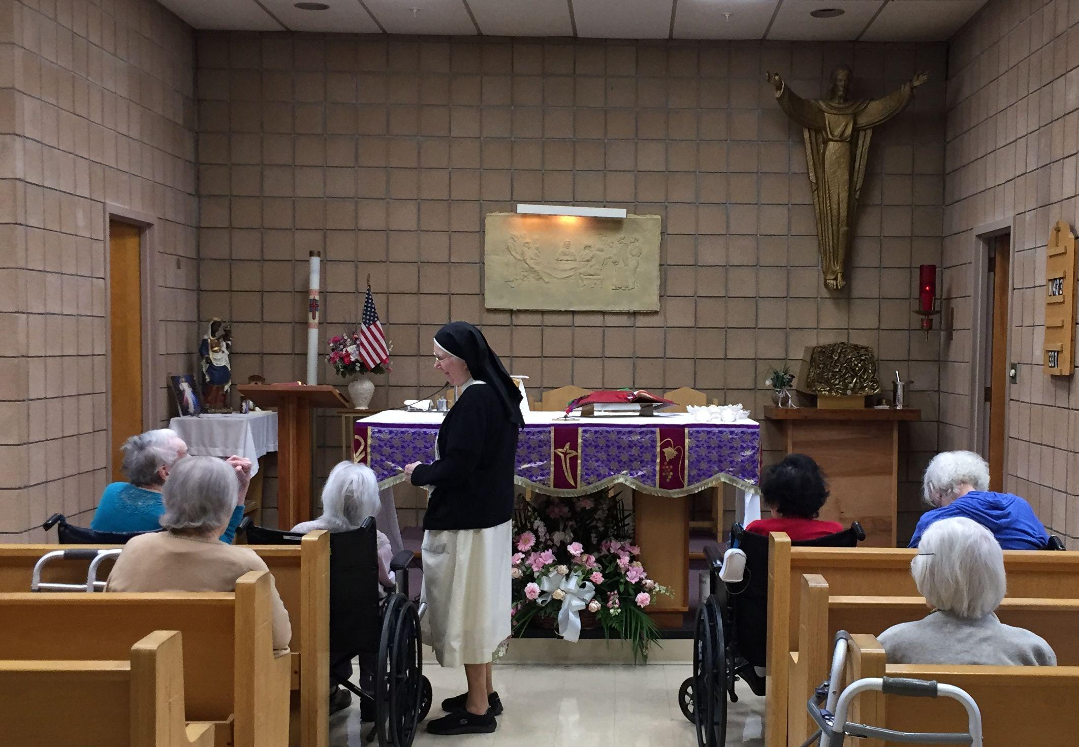 Religieuse avec les patients dans la chapelle