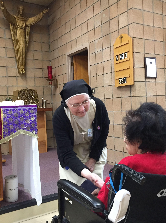 Religieuse auprès d'une patiente dans la chapelle
