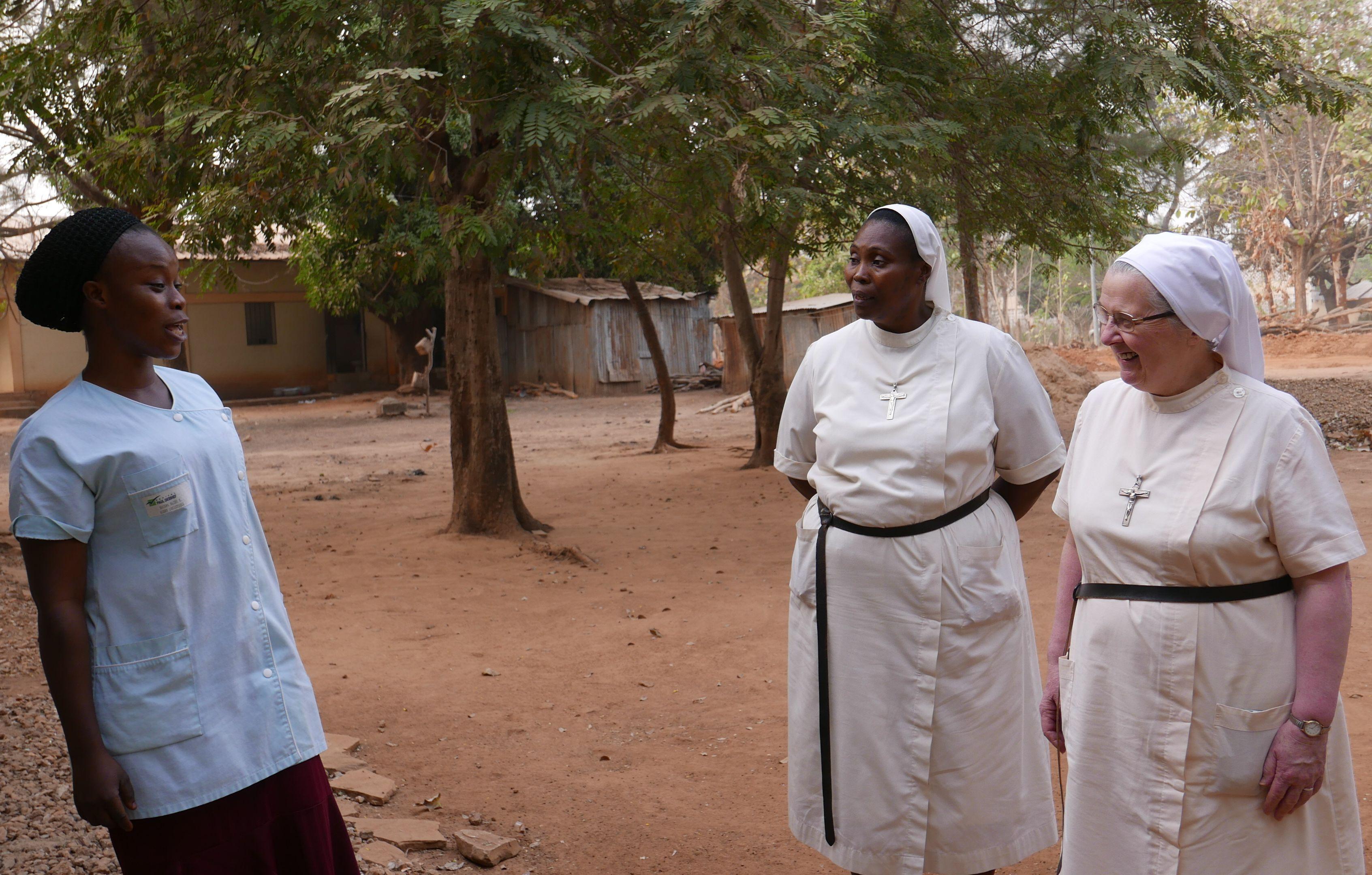 Discussion avec une membre du personnel, en présence de Notre Mère Générale