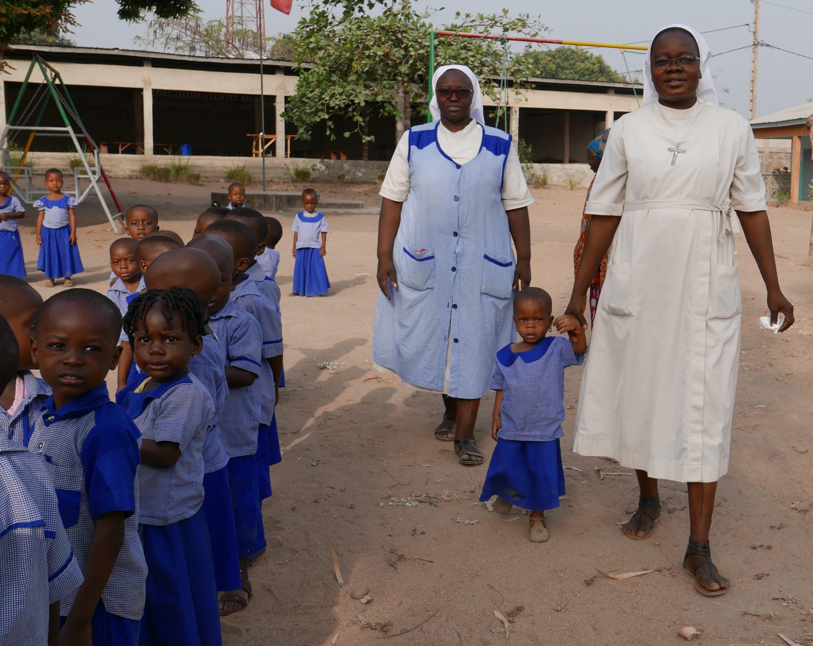 Religieuses avec les enfants de l'école maternelle de Kilibo