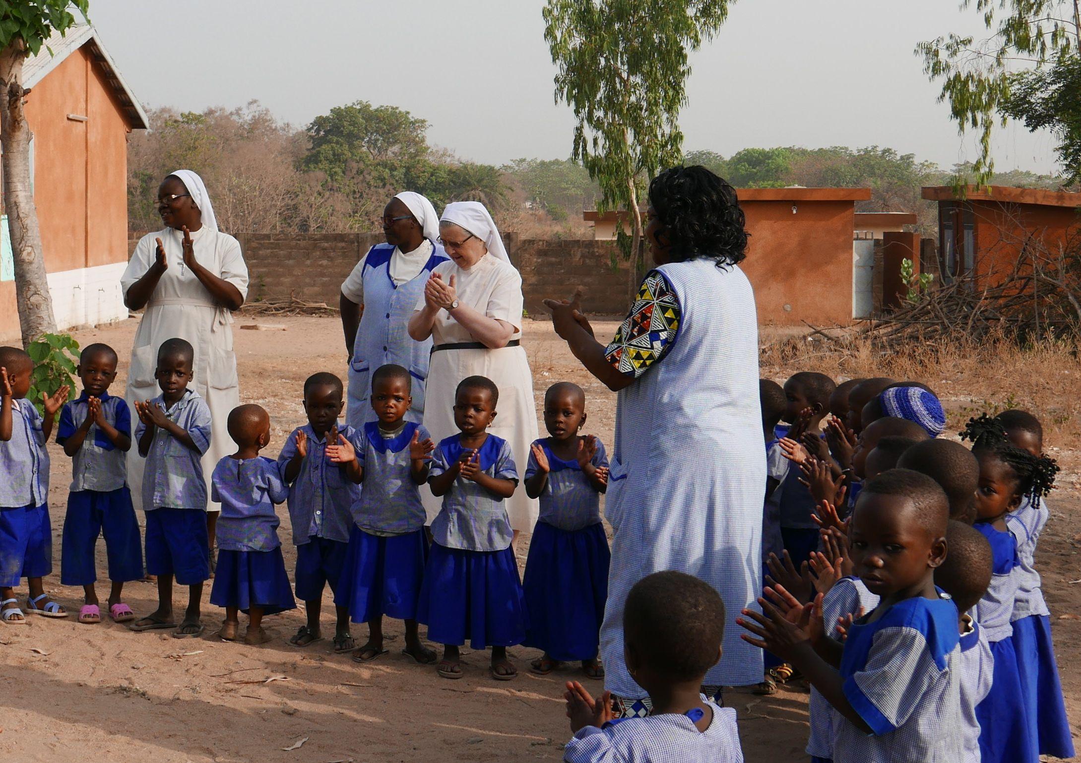 Récréation des élèves de l'école maternelle de Kilibo