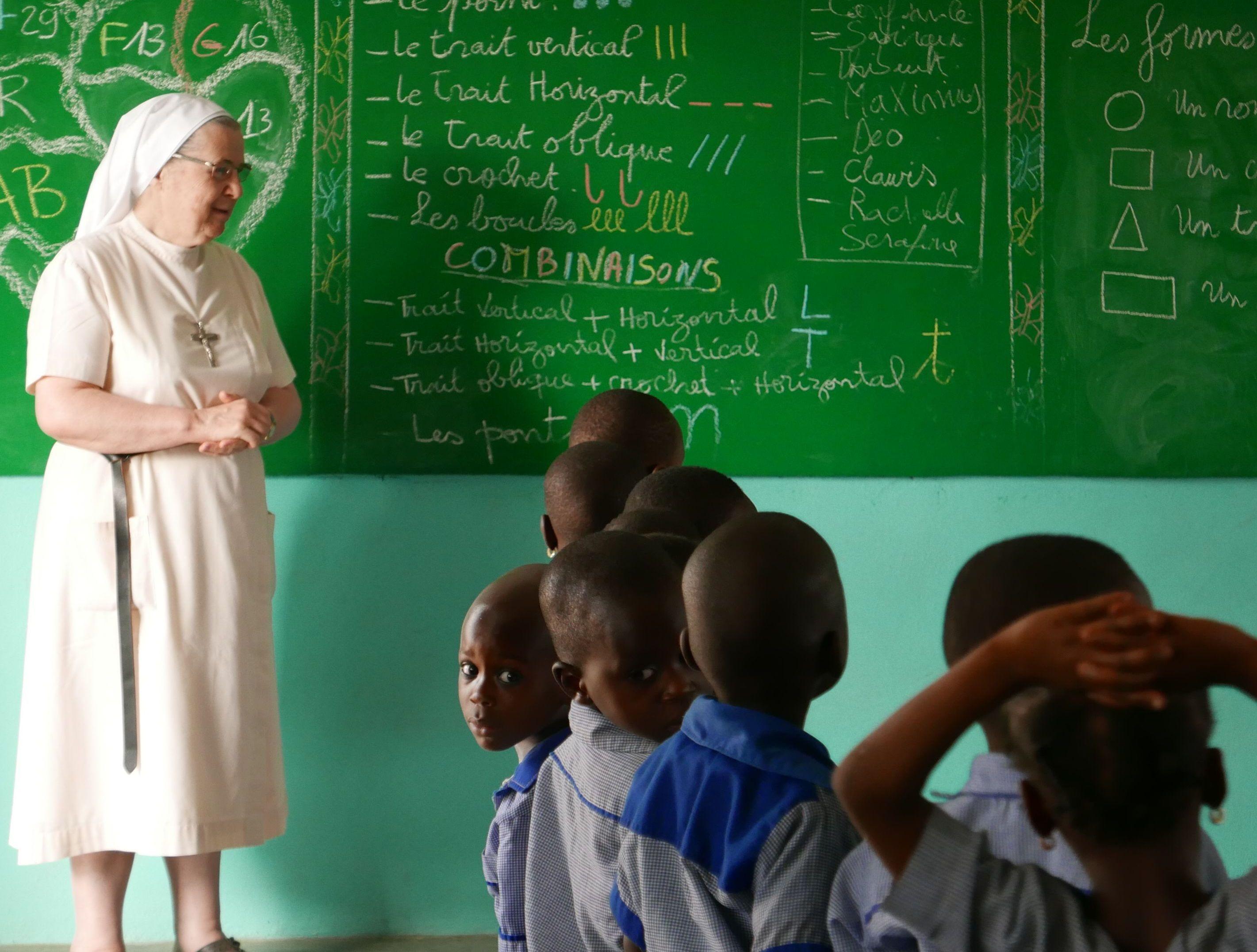 Notre Mère Générale en visite à l'école maternelle de Kilibo
