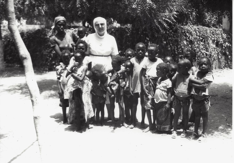 Avec des enfants dans un village sénégalais
