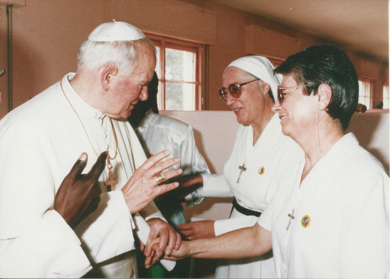 Rencontrant le Pape saint Jean Paul II à Dakar (1991)