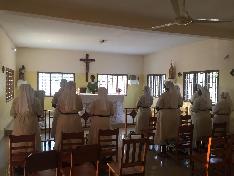 Prière à la chapelle de la communauté