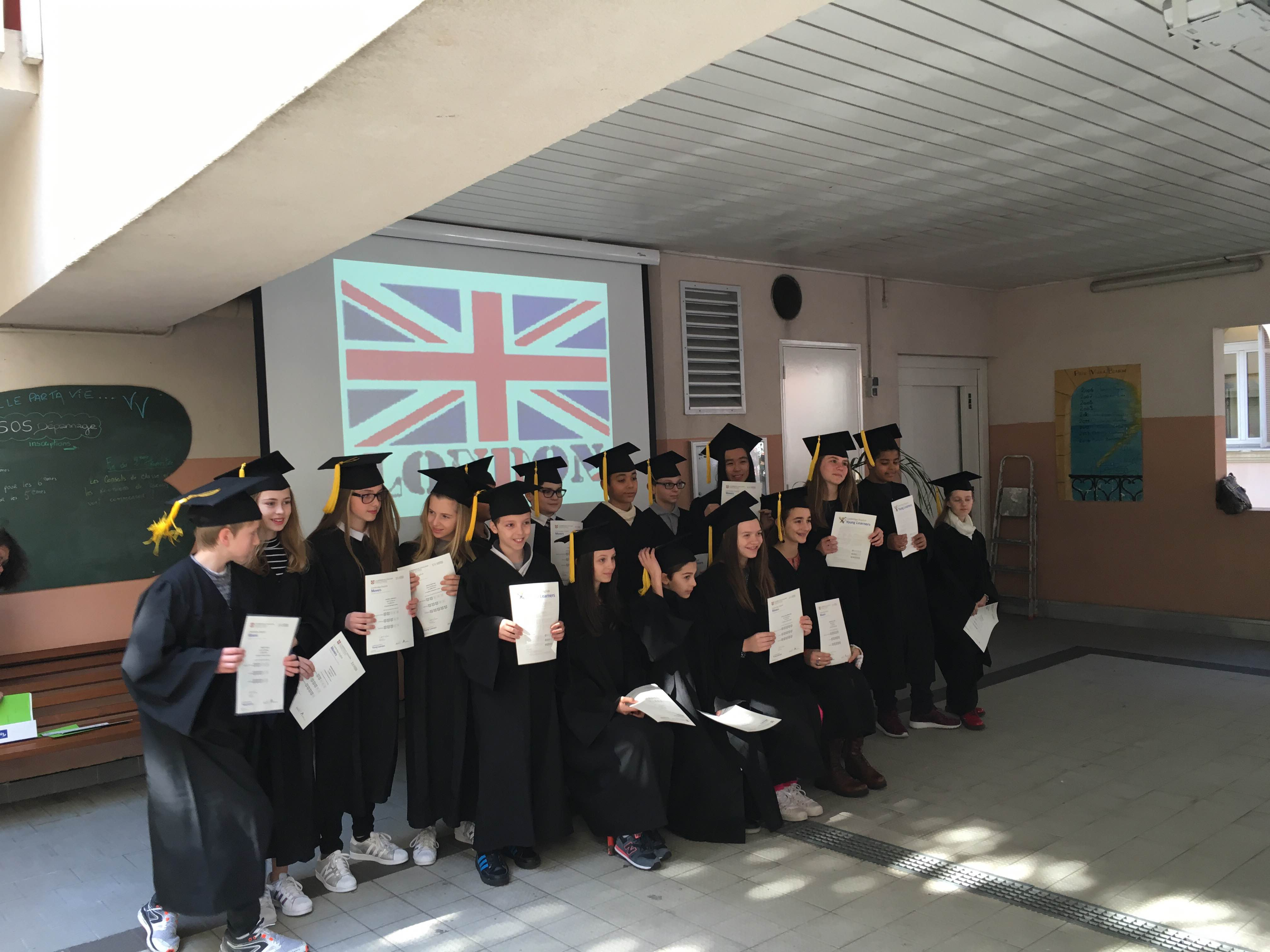 Élèves avec leurs diplômes d'anglais