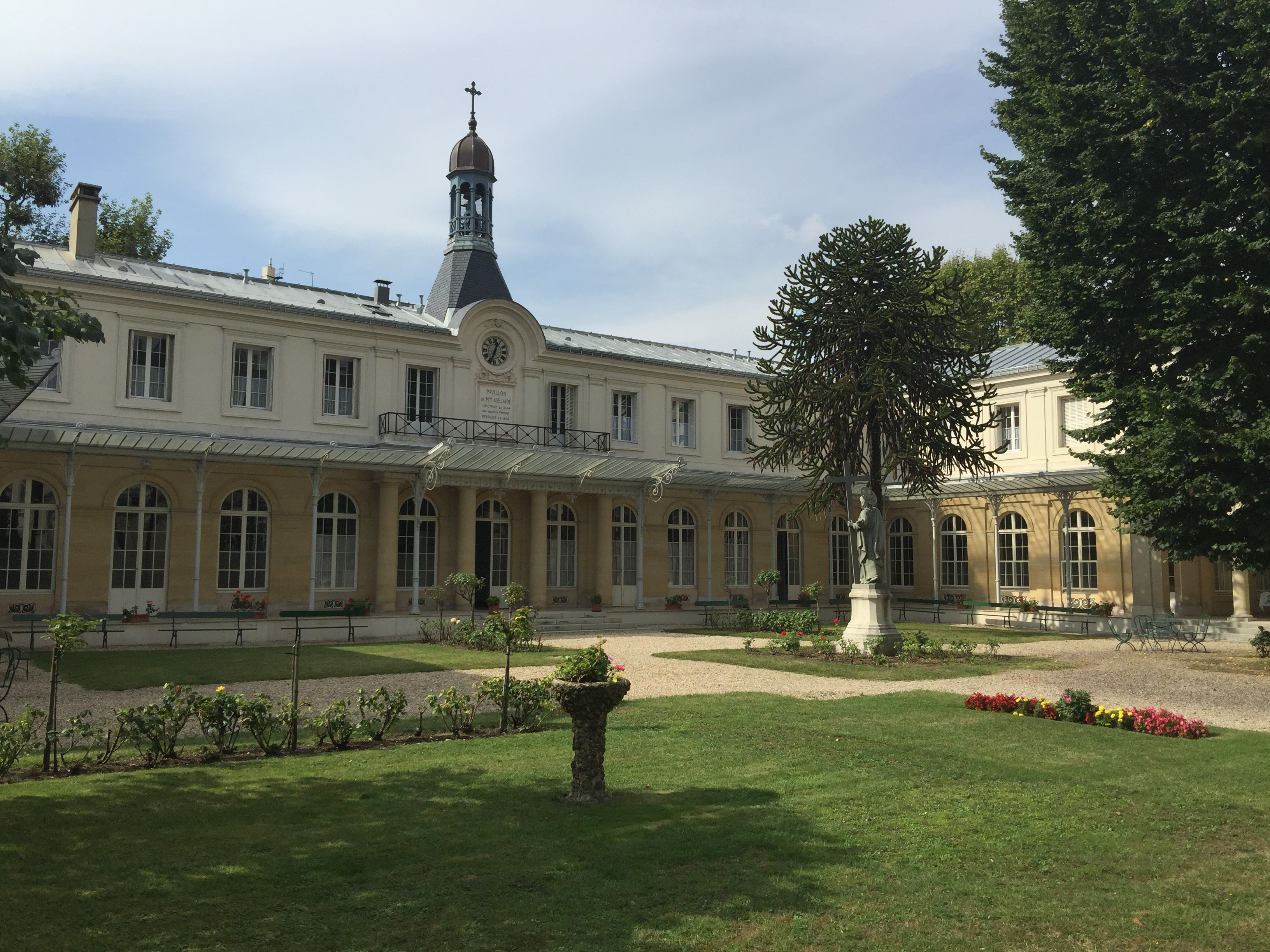 Extérieur des bâtiments de la maison-mère de Neuilly-sur-Seine