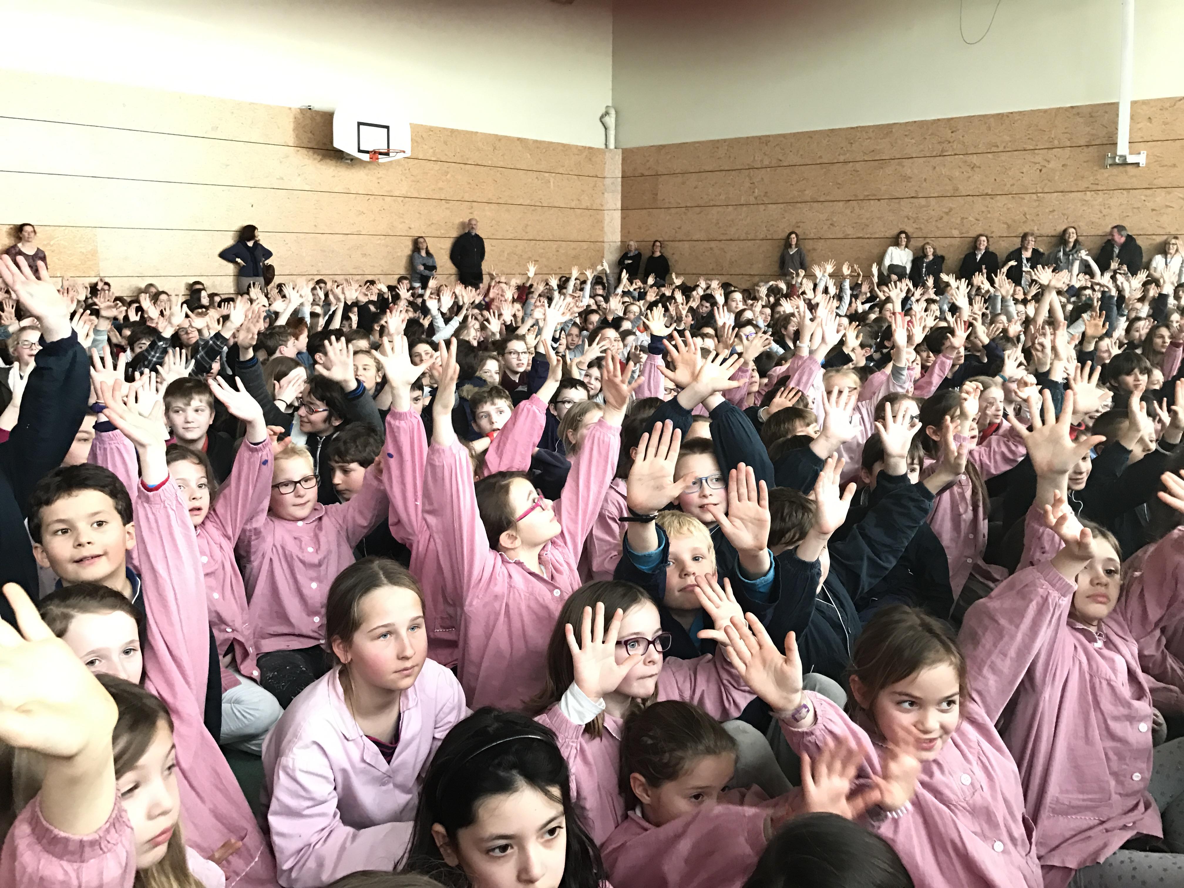 Élèves rassemblés dans le gymnase