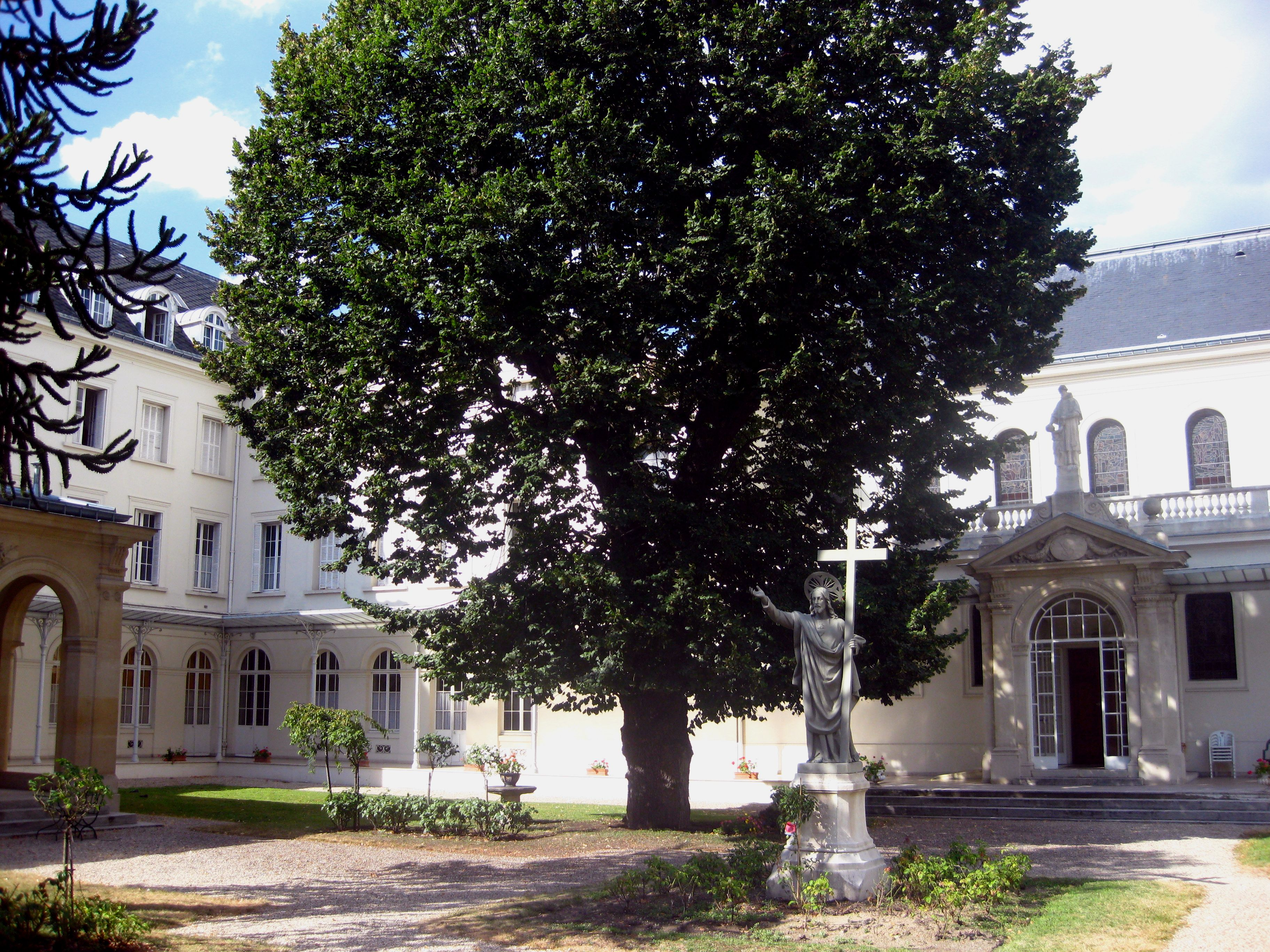 Extérieur des bâtiments de la maison-mère, à Neuilly-sur-Seine
