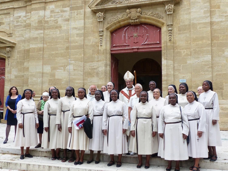 Mgr Dufour entouré des Soeurs sur le parvis de l'église