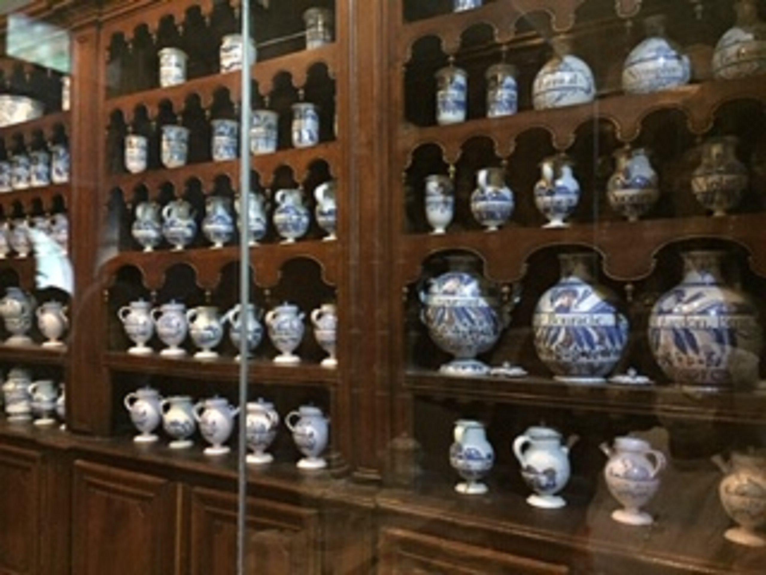 Pharmacie tenue par les Sœurs, avec des poteries d'époque renfermant des plantes médicinales