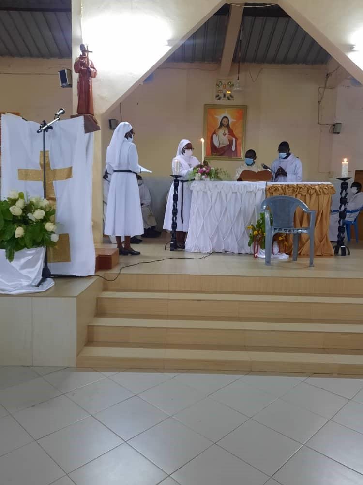 Les Sœurs déposent leurs cierges sur l'autel